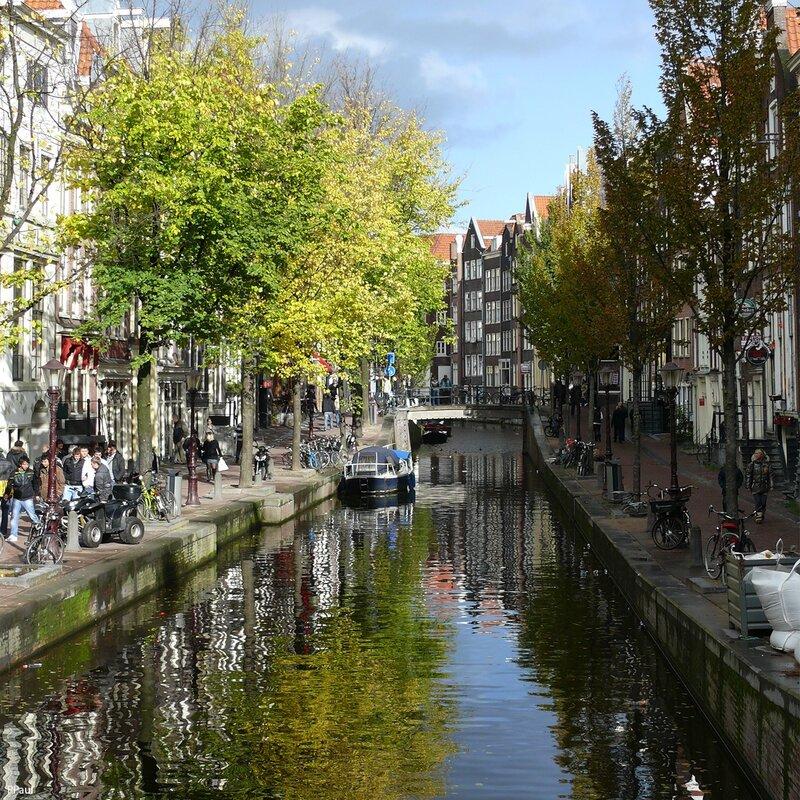 Амстердам (в переводе это слово означает «дамба через реку Амстел»)