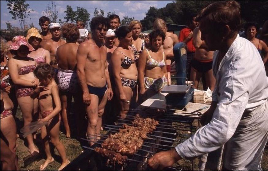 1975 Отдых москвичей на Воробьевской набережной2.jpg