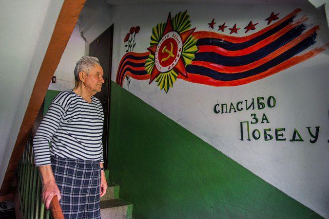 Студенты из Запорожья поздравили ветерана (2 фото)