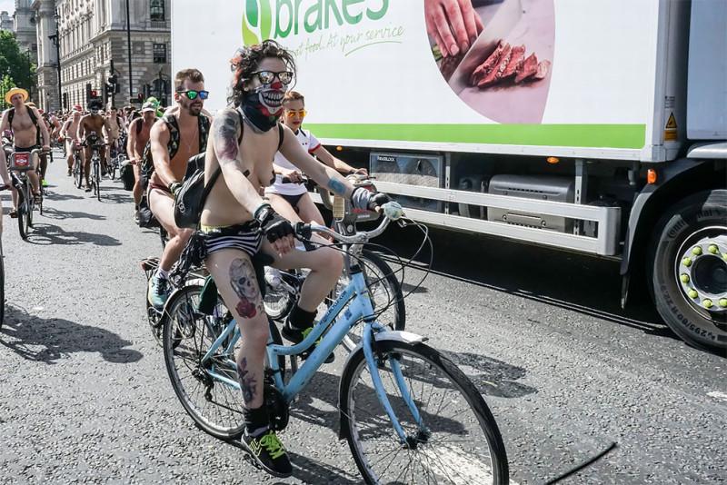 Британцы ударили голым велопробегом по засилью автомобилей (18 фото) 18+