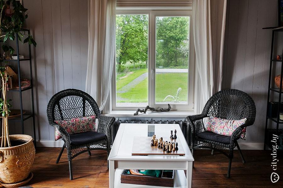 25. — Здесь только стол и стулья бобруйской мебельной фабрики. Они производились для Нидерландов, а