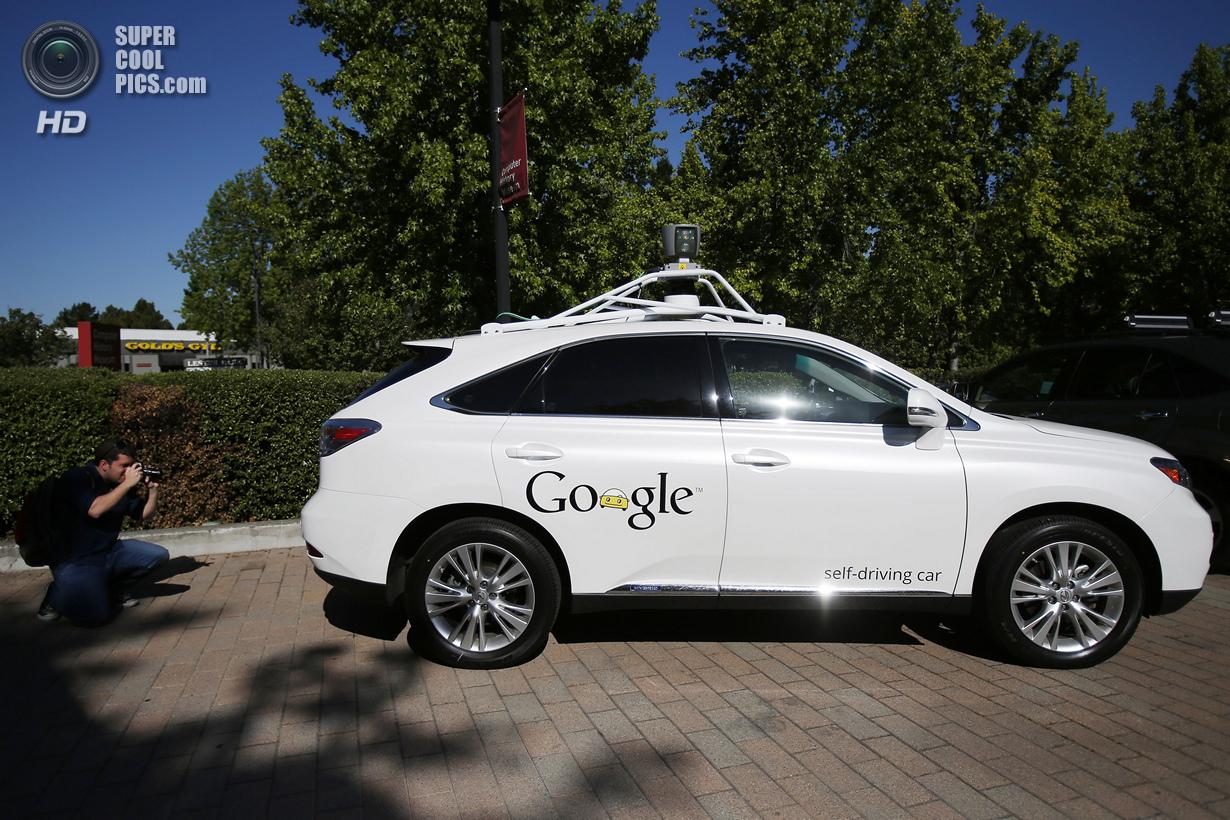 США. Маунтин-Вью, Калифорния. 13 мая. Беспилотный автомобиль Google, вид сбоку. (REUTERS/Stephen Lam