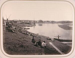 Местные жители на берегу реки Важинки [в месте её впадения в реку Свирь].