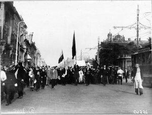 Патриотическая манифестация на Невском проспекте у Аничкова дворца по случаю объявления войны Германии.