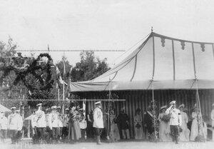 Император Николай II, члены царской фамилии и высший офицерский состав в царской палатке во время празднования 25-летнего юбилея шефства Николая II над полком.