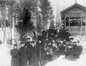 Члены Общества телесного воспитания Богатырь, участники экскурсии на Иматру смотрят на водопад. 1909
