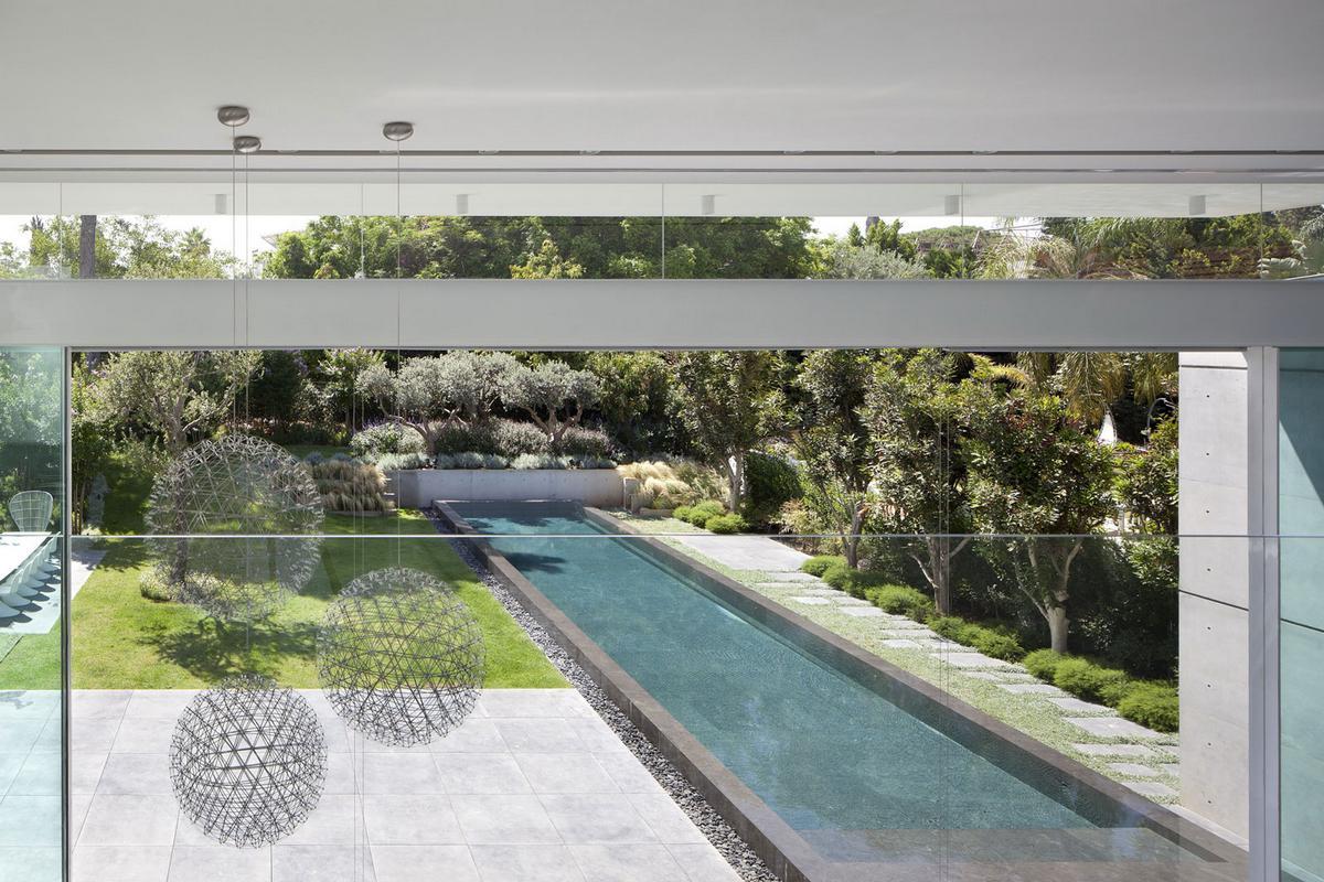Pitsou Kedem Architect, дома в Израиле, особняк в Рамат-ха-Шарон, белый часад частного дома, панорамное остекление, интерьер в стиле минимализма