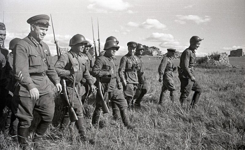 3-Жуков с бойцами.jpg