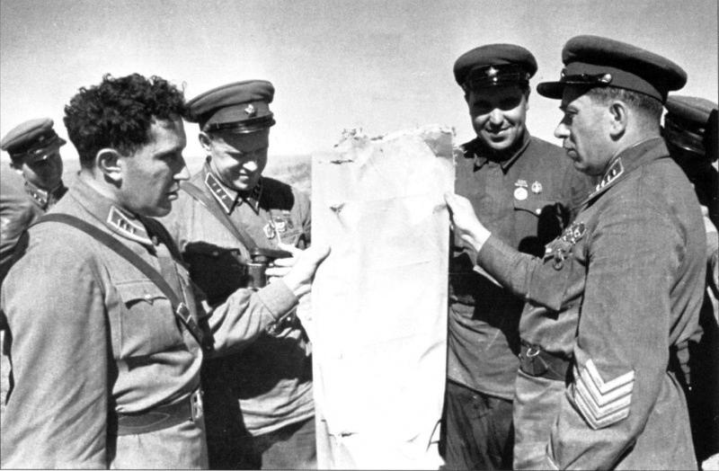 7-Комкор Я.В. Смушкевич показывает командирам остатки японского самолета. Халхин-Гол. 39.jpg