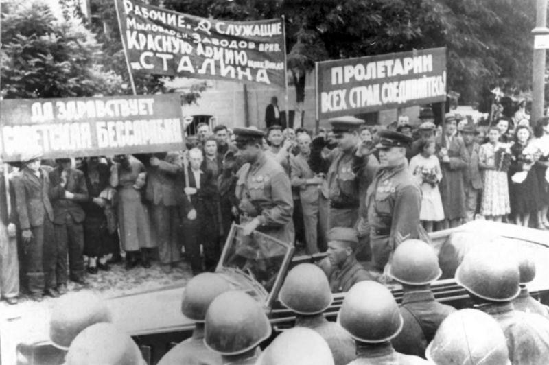 11-Генерал армии Г.К. Жуков на военном параде в Кишиневе. 04.07.40.jpg