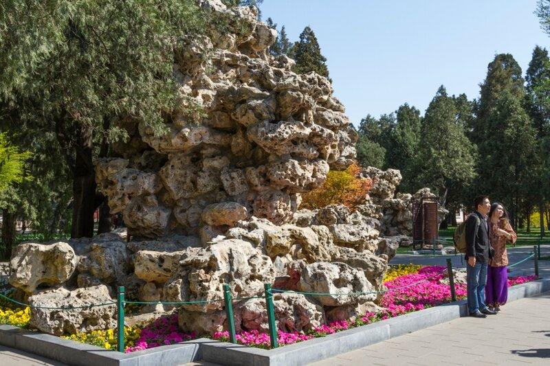 Скала у западного входа в парк, парк Чжуншань гунъюань, Пекин