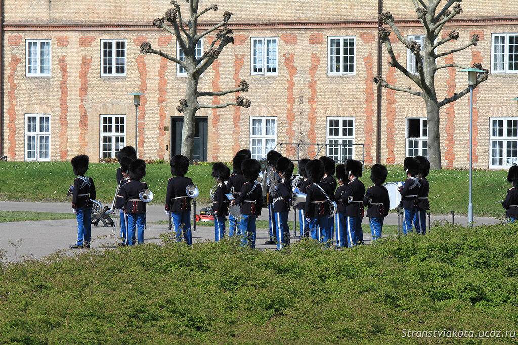 Репетиция смены караула во дворе Розенборга, Дания