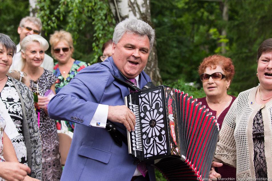 Мэр Саранска Пётр Тултаев играет на гармони на Дне города