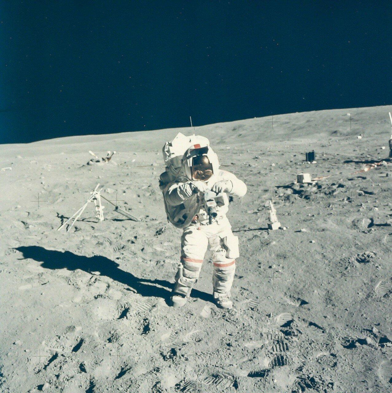 Шагнув с тарелки опоры «Ориона» в лунную пыль, он сказа: «А вот и ты, загадочный и неизвестный Декарт. Горные равнины. Аполлон-16 изменит представления о тебе. Я очень рад, что Братца Кролика бросили сюда, в его родной терновый куст». На снимке: Джон Янг