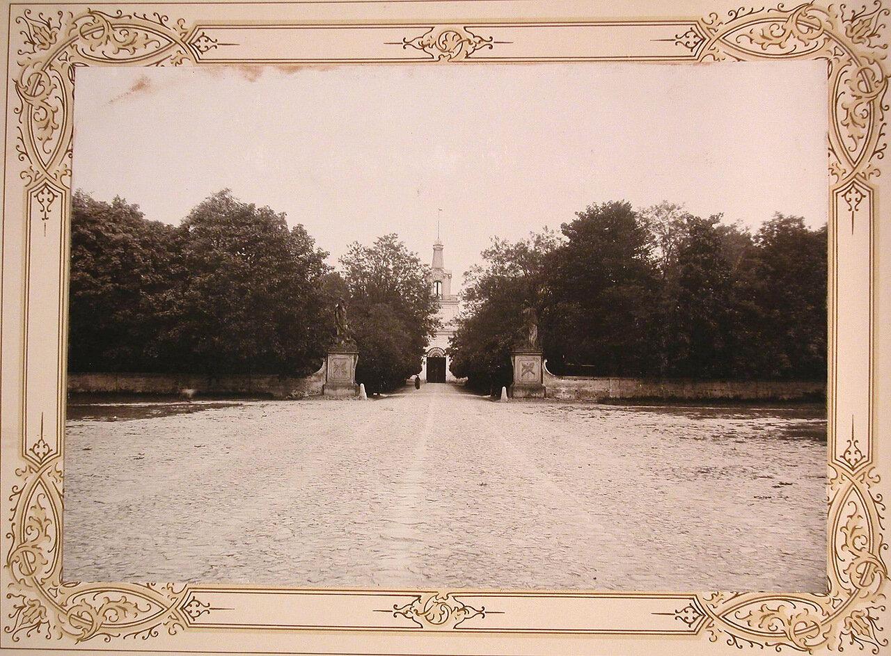 2. Вид въездных ворот, ведущих в институтский парк