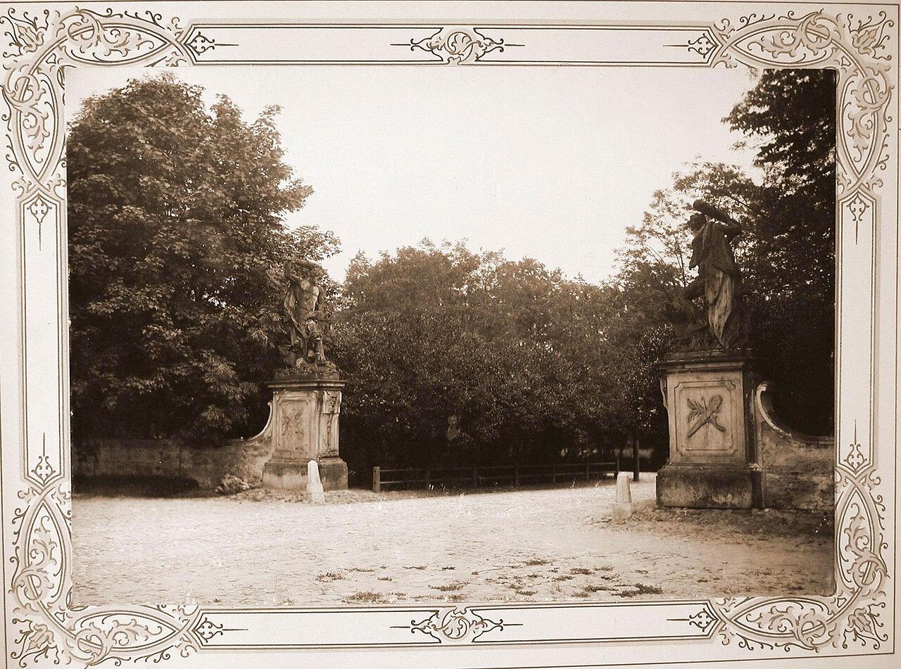3. Скульптуры, украшающие въезд в институтский парк
