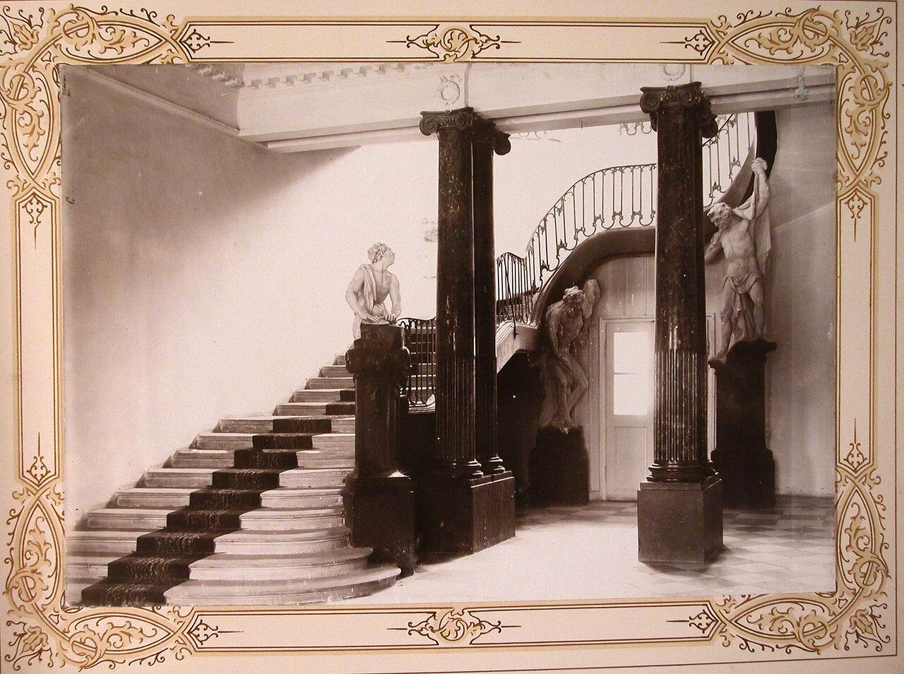 5. Вид части (в главном здании института)вестибюля и лестницы