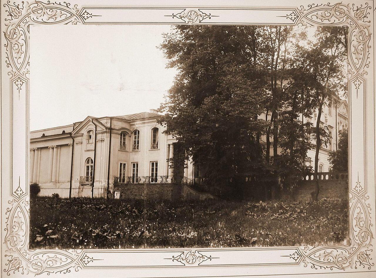 11. Вид бокового фасада здания института со стороны парка