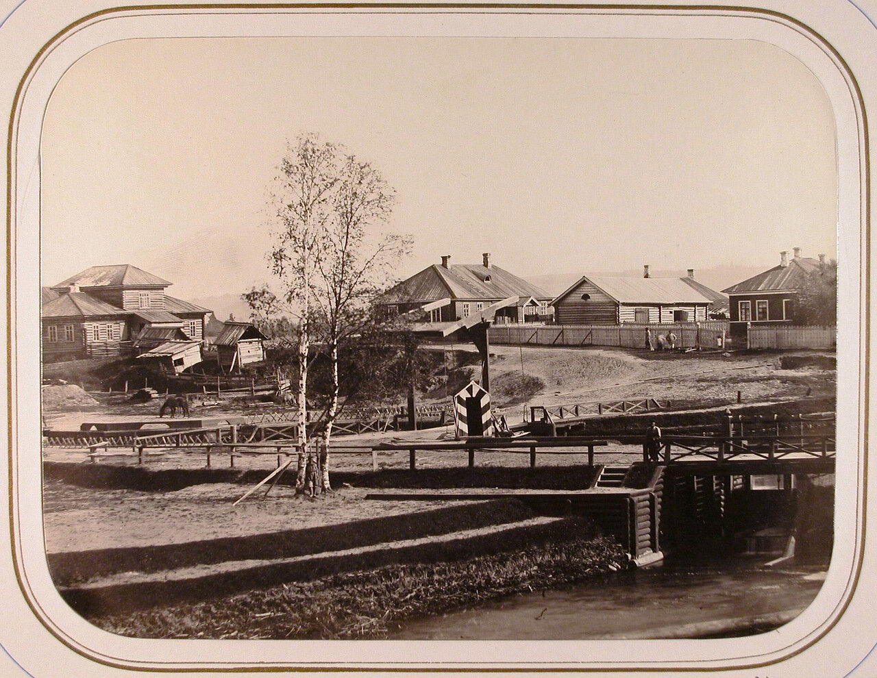 Вид на Шлиссельбургскую плотину и шлюз; в центре на втором плане - дом начальника дистанции
