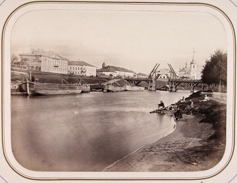 Вид на здание Окружного правления слева и подъёмный мост через реку Вытегру