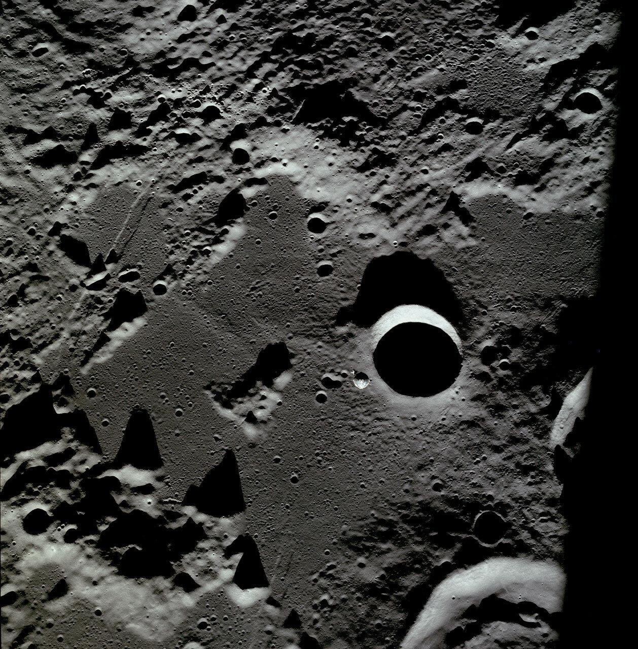 Он летел опорами посадочной ступени вперёд и иллюминаторами вниз, чтобы астронавты могли отслеживать ориентиры на поверхности