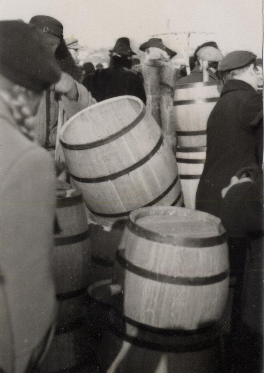 На кирмаше возле бочек. 1939 г. Фото Семак Франца