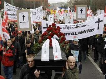 Символические похороны капитализма демонстрантами в Берлине