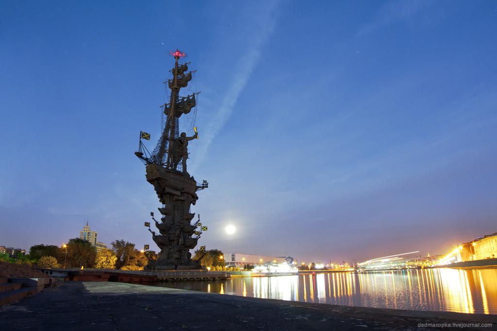 памятник петру первому в москве фото всё