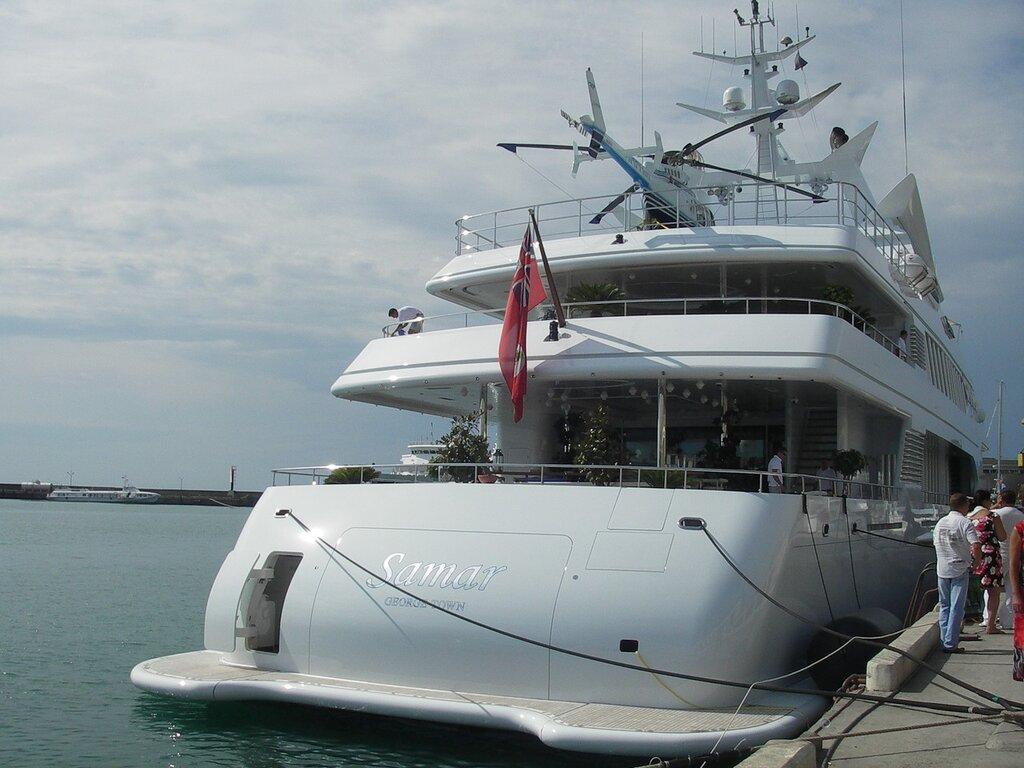 Яхта в порту Сочи