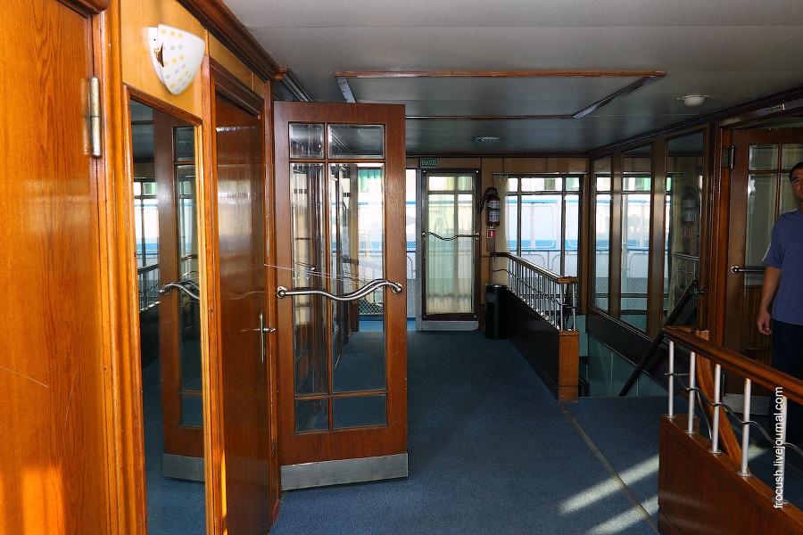 Холл в кормовой части средней палубы дизель-электрохода «Композитор Глазунов»