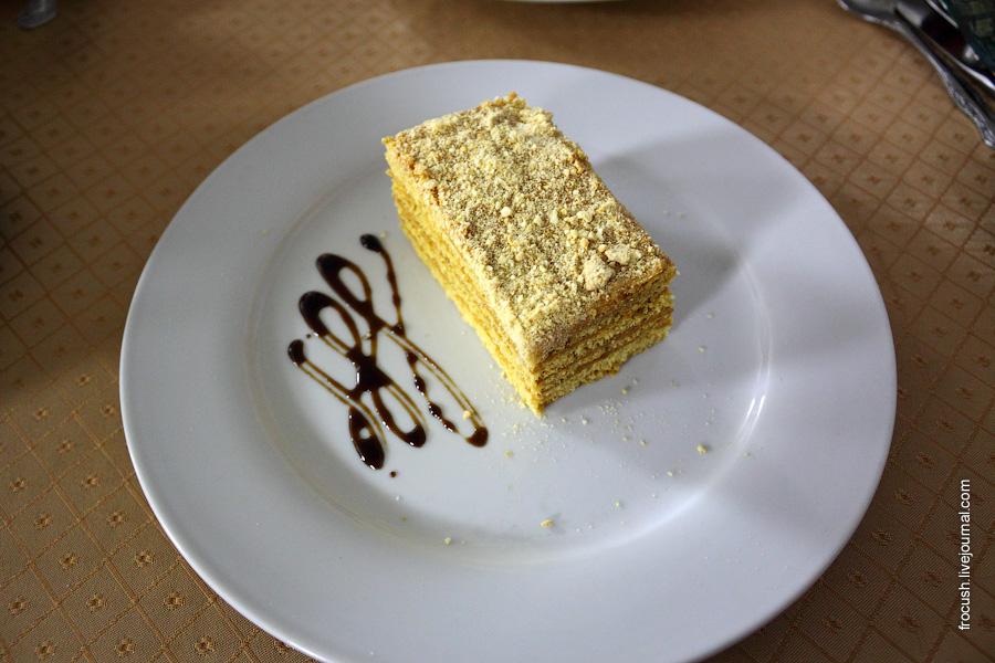 Пирожное «Медовик» (из медовых коржей, с кремом из сметаны и сгущенного молока)