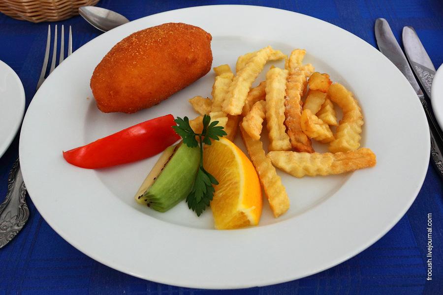 Котлета по-киевски (фаршированная сливочным маслом), картофель жареный во фритюре