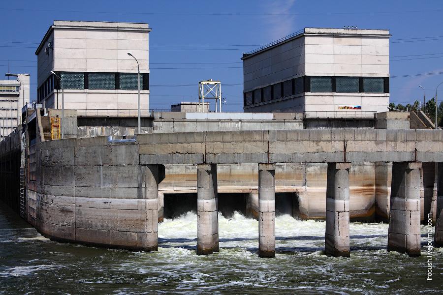 Водосброс между двумя нитками шлюзов Волжского гидроузла.