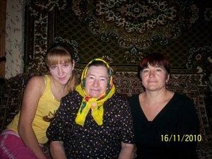 Игнатова Надежда Ивановна с дочерью Валентиной и внучкой Юлей.