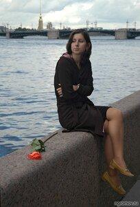 Портрет на набережной (набережная, роза, шатенка)