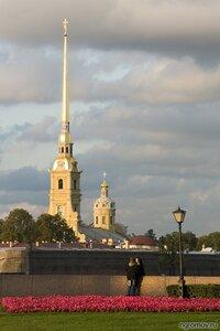 Разговор на набережной (лето, пара, Петербург, Петропавловская крепость, фонарь)