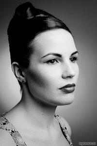 Портрет девушки (брюнетка, монохром)