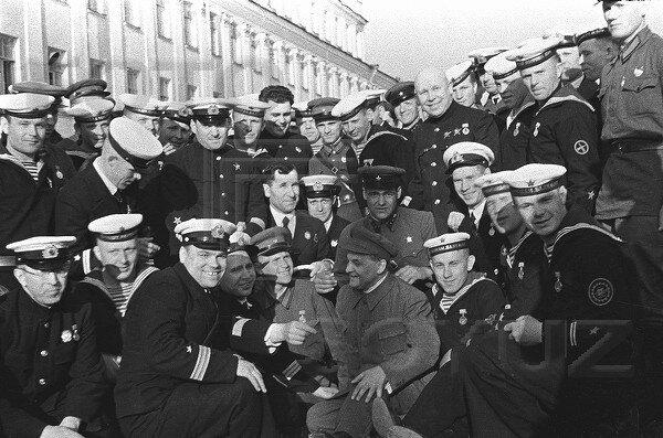 Матвей Шкирятов с группой моряков, награжденных за участие в боях за Испанию. Кронштадт, 1940 г.