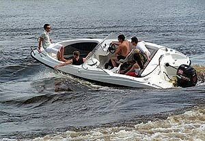 В море столкнулись лодка и катер – пострадало два человека