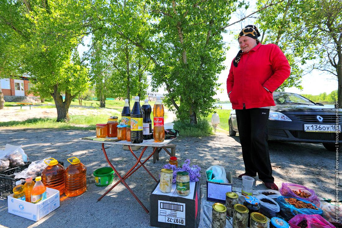 Не занятые в винном бизнесе жители Константиновска пытаются заработать торговлей у теплохода