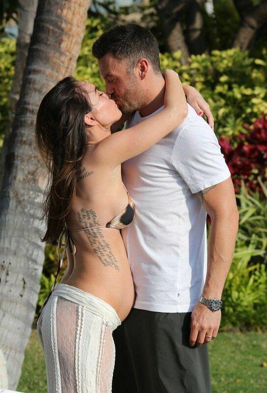 Беременная Меган Фокс в бикини на Гавайях