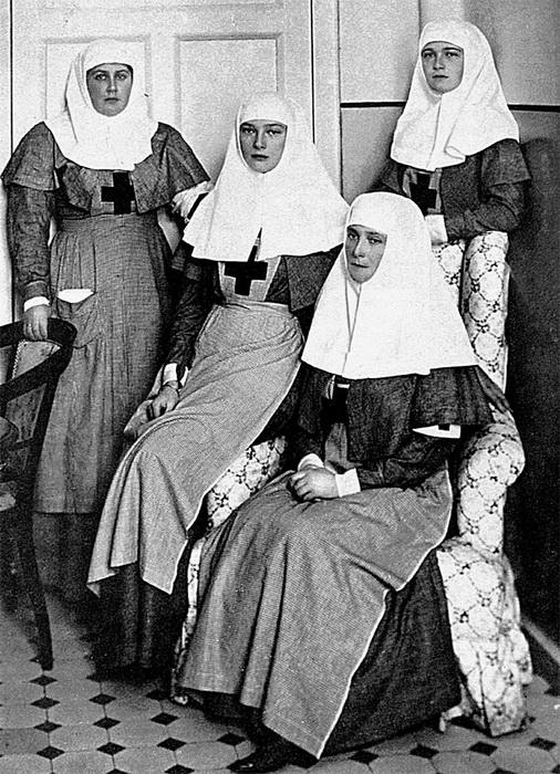 Императрица Александра Фёдоровна, ее дочери Ольга,Татьяна и Анна Александровна (слева) - сёстры