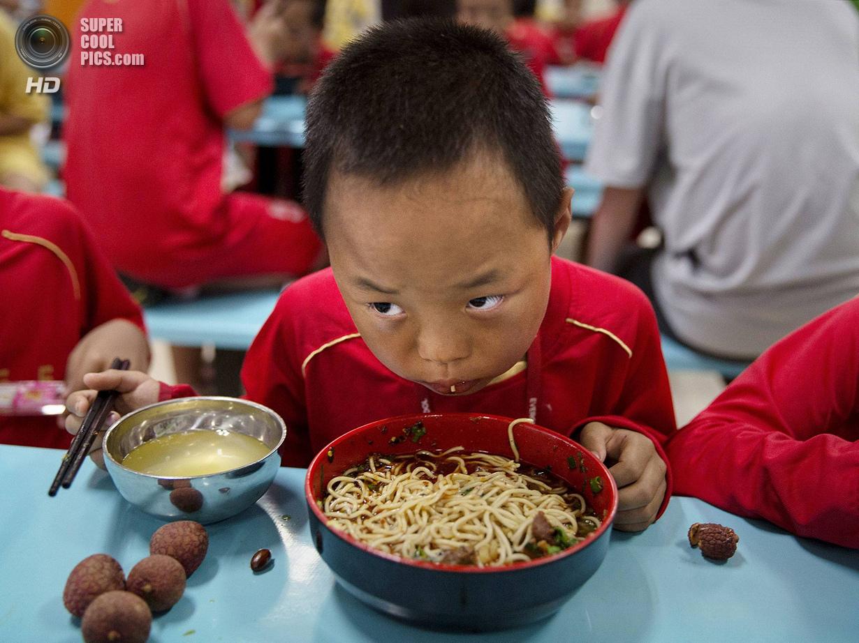 Китай. Цинъюань, Гуандун. 13 июня. Что-то не очень похоже на среднестатистическую диету футболиста.