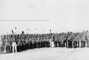 Командир и группа офицеров полка в парадной форме различных исторических периодов в связи со 100-летним юбилеем полка.