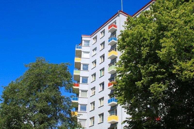 дом с разноцветными балконами