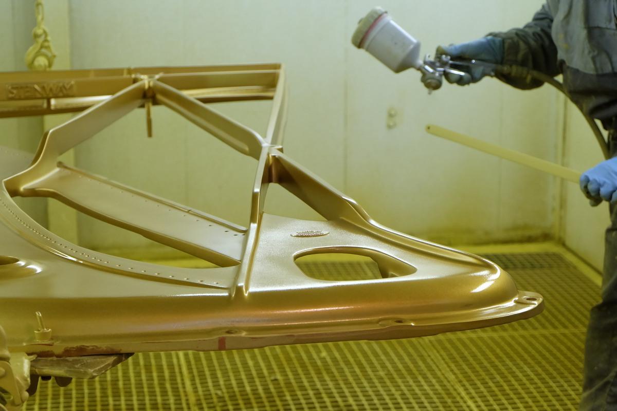 Покраска рамы рояля, окрашивание рамы рояля Steinway & Sons, фототур по фабрике Steinway & Sons, Гамбург