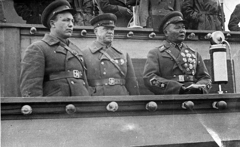10-Маршал Монголии Чойбалсан и комкор Жуков.jpg