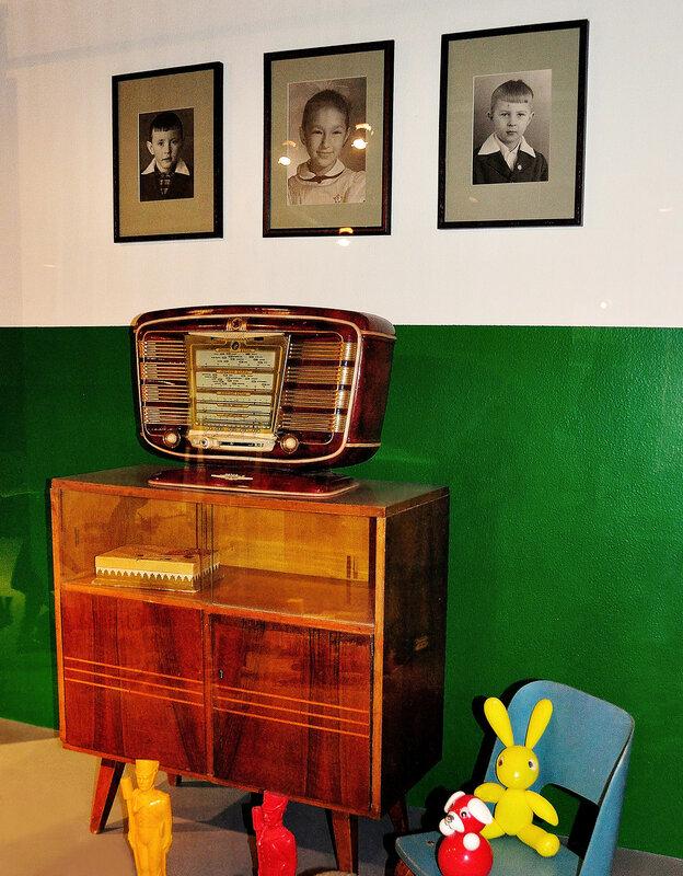 интерьер 50-х с модным радиоприёмником
