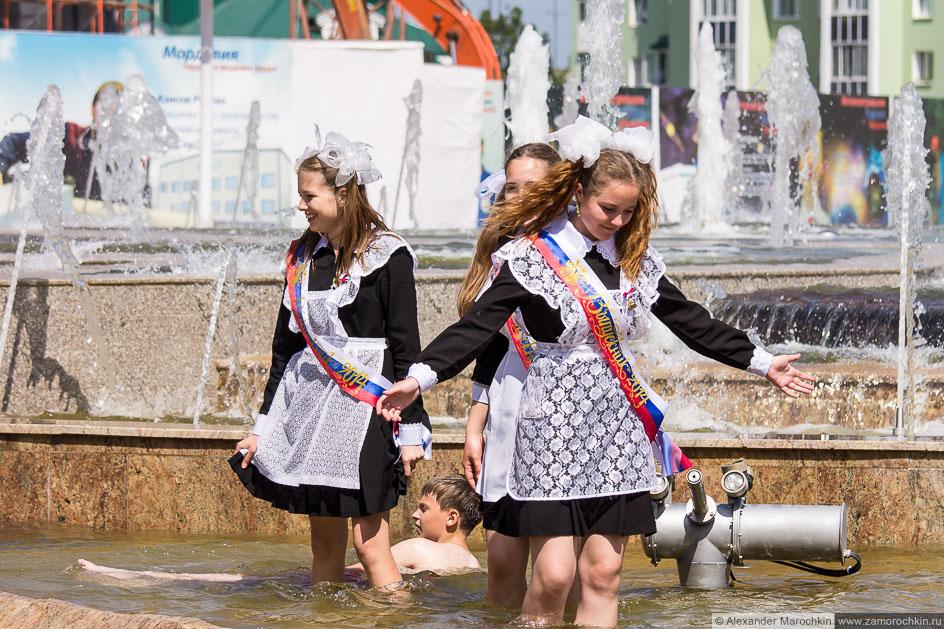 Школьницы в фонтане