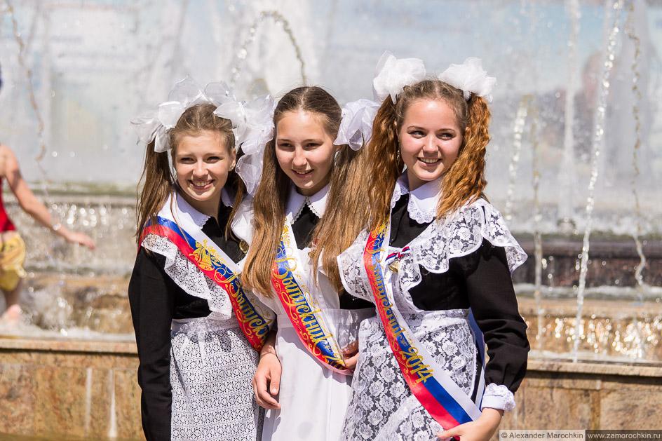 Школьницы фотографируются на память в фонтане